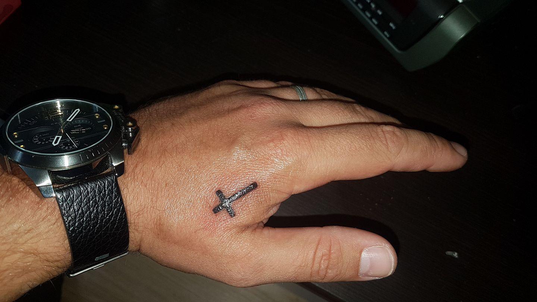 Tattoo Mann Kreuz Hand