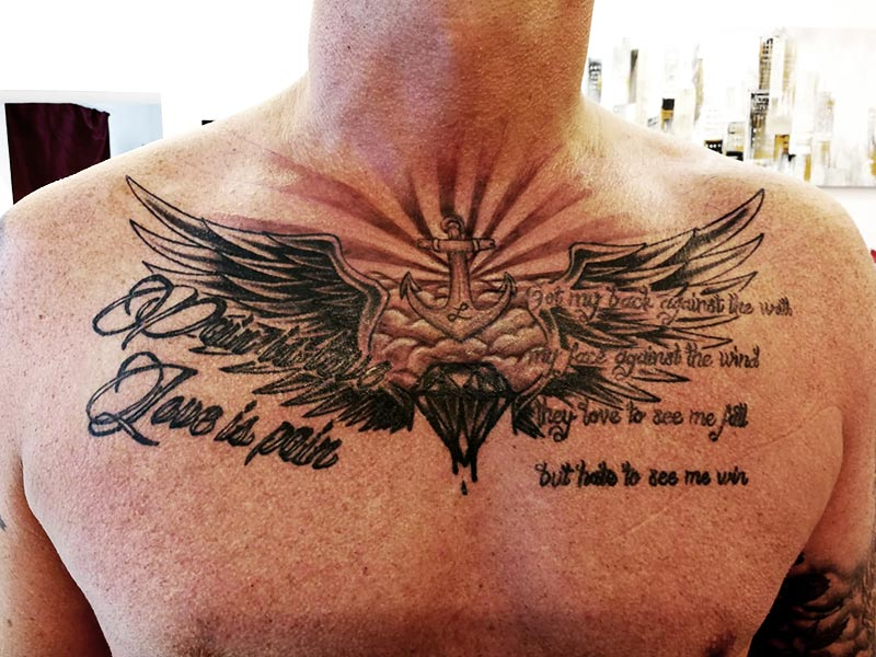 Tattoo Brust Mann Anker Flügel